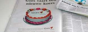 Paginagrote taart met het nieuwe logo van Gors in de zaterdageditie PZC